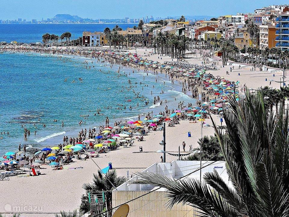 Playa Centro in het hoogseizoen. Eén van de 12 stranden in Villajoyosa.