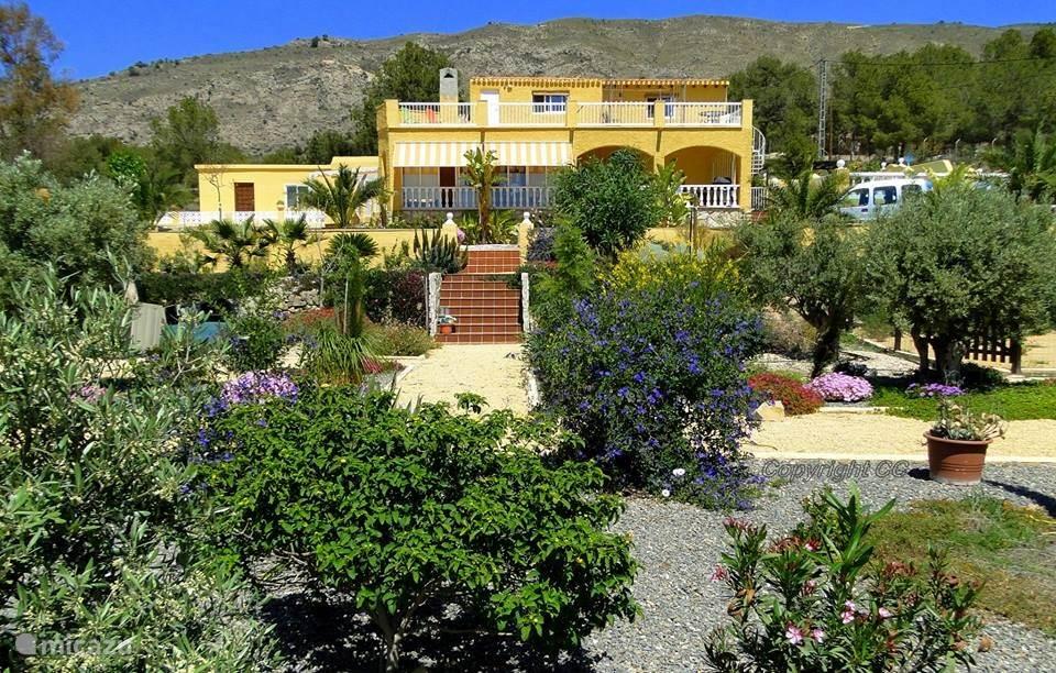 Ruim 2-kamer appartement, op de bovenverdieping met groot terras, voor 2 personen met zeezicht en gebruik zwembad in een rustieke omgeving op 10 auto-minuten van het mooie strand van de authentieke Spaanse badplaats Villajoyosa en 15 minuten van het bruisende centrum van Benidorm.