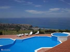 ECHTE AANRADER!!! Ons mooi vakantieappartement bevindt zich in een fantastisch privé resort met een werkelijk ADEMBENEMEND uitzicht over de helderblauwe zee met haar parelwitte stranden en over het befaamde, schitterende middeleeuwse stadje Tropea!!!