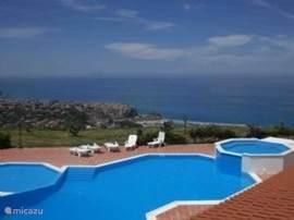 Uitzicht over zwembad en Tropea