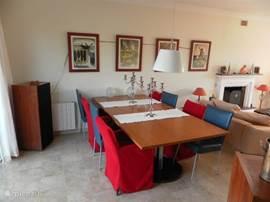 De eettafel in de woonkamer biedt plaats aan 8 personen.