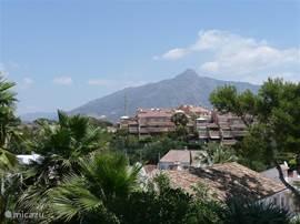 Vanuit de eetkeuken zicht op de berg la Concha (de knuffel)