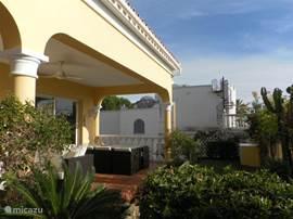 De voortuin van de villa met terras en uitzicht op de middelandse zee en Afrika.