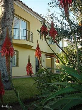 Achterzijde van de villa, waarbij opvalt dat het op een heuvel is gebouwd. Aan de achterzijde is er mooi uitzicht op de haven van Puerto Banus en de bergen.