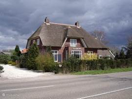 Gelegen aan de rand van het dorp Laren (GLD) staat een karakteristieke Herenboerderij uit 1932. Het deel is in 2006 volledig gerenoveerd en aangepast aan de wensen van deze tijd zonder het karakter van de bijzondere architectuur uit het oog te verliezen.