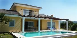Prachtige, ruime villa met prive zwembad te huur in bewaakt parkje. Gelegen op een op heuvel nabij Kusadasi. Uitzicht op Samos en Egeïsche zee.