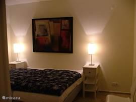 Twee van de drie slaapkamers hebben airco. De twee slaapkamers beneden delen samen een badkamer, maar hebben ieder de beschikking over een eigen toilet.