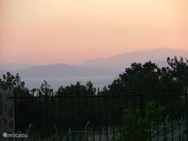 En 's avonds ziet Samos er zo uit vanuit de villa