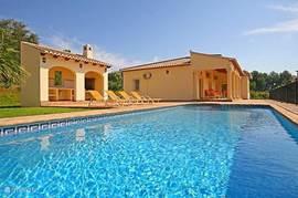 Luxe villa met privé zwembad, buitenkeuken, diverse terrassen, grote tuin, airconditioning en overdekte carport. De villa heeft schitterende vergezichten en is gelegen nabij de golfbaan van La Sella.