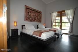 slaapkamer beneden met direct aansluitend het zwembad/badkamer