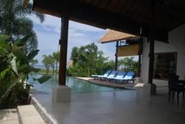 Villa villa mari masuk in lokapaksa bali indonesi huren - Zwembad met kookeiland ...