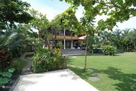Villa uitzicht vanuit de tuin