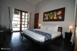 slaapkamer1 beneden met direct aansluitend het zwembad/badkamer