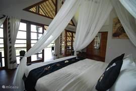 Bovenste slaapkamer met uitzicht op de Balizee