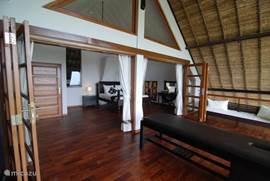 Slaapkamer met balkon en massage tafel