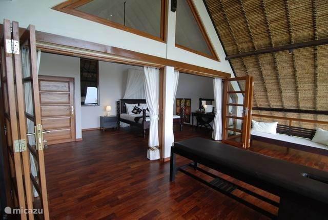 Oberbettzimmer Mit Blick Auf Die Bali Sea; Schlafzimmer Mit Balkon Und  Massageliege