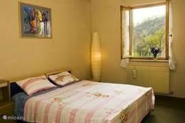 Een van de 3 zonnig ingerichte tweepersoons slaapkamers. Voor de minder-validen zijn in een van de slaapkamers bedverhogers aanwezig.