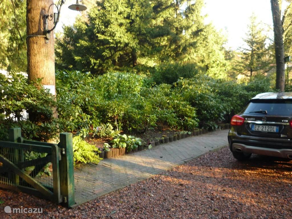 De auto op eigen parkeerplaats bij het huis.