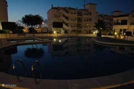 Het zwembad bij ochtendgloren.