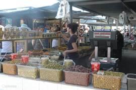 Verse olijven op de Spaanse markt,wordt elke zondag gehouden bij het plaatsje Montesinos,een kwartietje rijden van het appartement.Op een aparte afdeling van de markt treft U tientallen eettentjes aan,waar U voor een paar euro het buikje vol eet.
