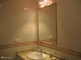 Badkamer behorend bij de 2de slaapkamer,is vanuit de hal te bereiken en is voorzien van ligbad,toilet en bidet.