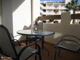 Balkon,grenzend aan woonkamer en ouderslaapkamer,`s morgens al vroeg voorzien van een zonnetje.