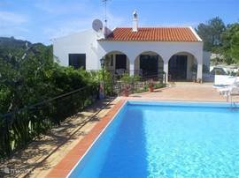 Voorkant huis met een deel van het zwembad