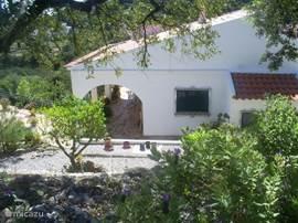 Zijkant huis gezien vanaf de oostelijke rotstuin