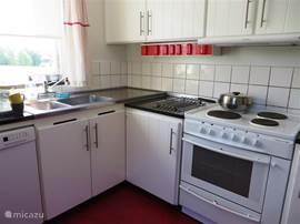 De keuken is in 2008 geheel gerenoveerd ; met oven. magnetron, vaatwasser, koelkast en vriezer.  De wasmachine staat in het souterrain.