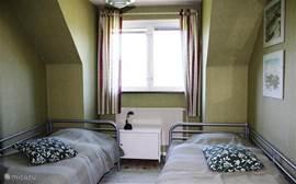 Slaapkamer 2 , met twee 1-persoonsbedden. Uitzicht over het meer.