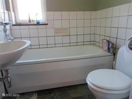 badkamer op de verdieping met wasbak en wc.