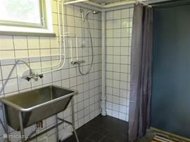 Eenvoudige douche in het souterrain.