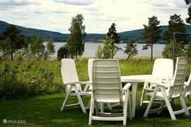 de achtertuin met uitzicht op het meer Lakene Sjon