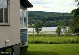 doorkijkje, met het meer op de achtergrond