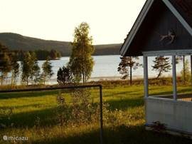 Zittend op het terrasje van de stuga heeft u een prachtig uitzicht over het meer;  de stuga wordt overigens niet bewoond.