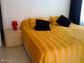 Het 2 tweepersoonsbed. Deze slaapkamer heeft ook een eigen badkamer. De andere slaapkamer heeft 2 aparte bedden
