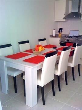 Eettafel met 6 stoelen