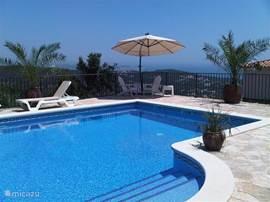 Geniet, van het royale en verwarmde zwembad, fantastisch uitzicht op zee, Platja D'aro en Palamos. Het terras is voorzien van 8 comfortabele ligbedden, parasol en stoelen. Slecht op enkele minuten gelegen van Golf Mas Nou, strand en centrum.