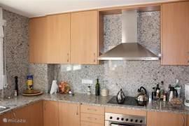 Ruime keuken, voorzien van alle gemakken; vaatwasser, inductie kookplaat, ruime koelkast met vriesvak, oven en separaat ingebouwde magnetron. Tevens is er een wasmachine aanwezig.