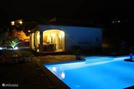 Gezelligheid kent geen tijd, ook na zon's ondergang! Want ook s'avonds is het heerlijk vertoeven bij het verlichte zwembad!