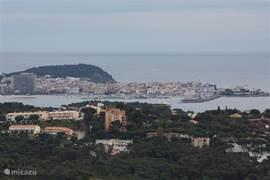 Geniet van het uitzicht naar de havenplaats Palamos!