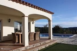 Villa voor maximaal 8 personen, 4 slaapkamers, drie badkamers, dakterras, ruime keuken, overdekt terras en buitenterras veel privacy. Barbeque aanwezig!