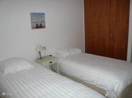 2 persoons slaapkamer met vaste inbouwkasten.Op de begane grond met  tegelvloer.