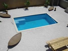 Uitzicht op het zwembad van het balkon.