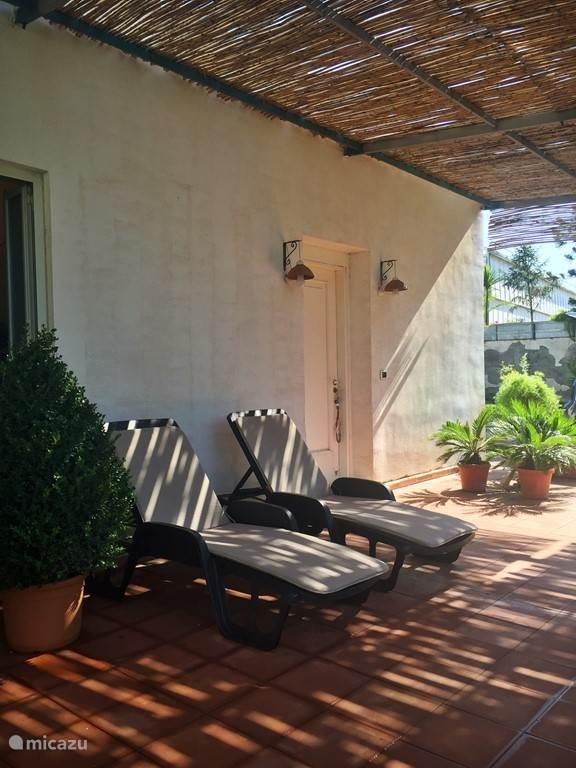 Appartement 2: ingang appartement, achter deze ingang bevinden zich de slaapkamers en badkamer. Naast deze deur is een andere deur die leidt naar de woonkamer, keuken en tweede toilet
