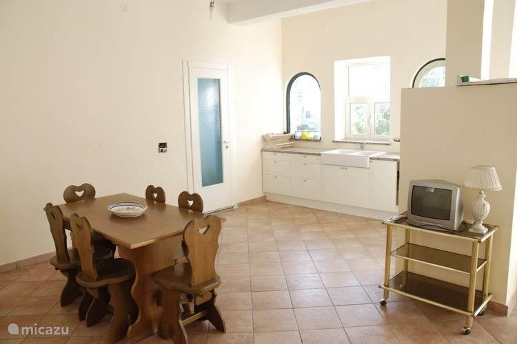 Appartement 2: Keuken, tweede toilet van het appartement en eetgedeelte