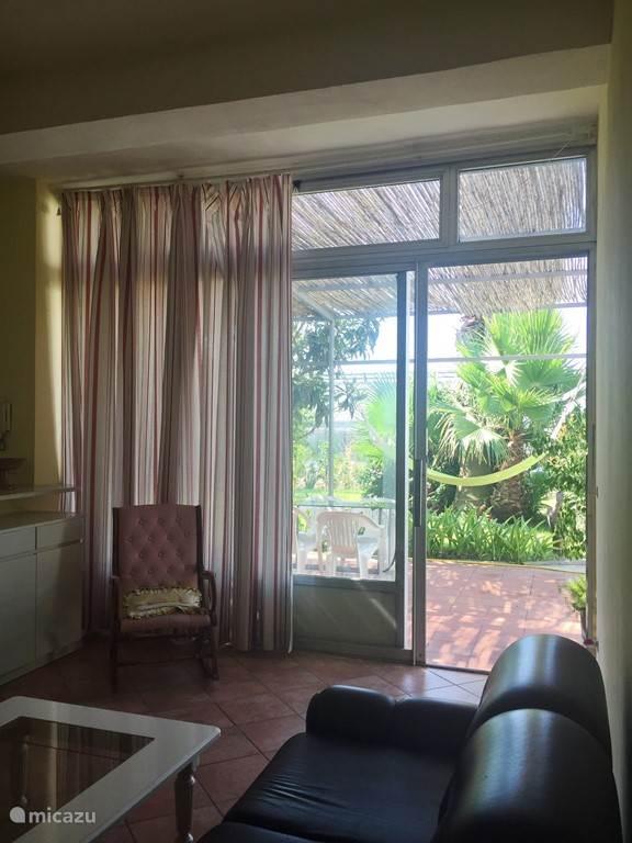 Appartement 2: Zitgedeelte in de woonkamer met grote schuifdeur naar buiten