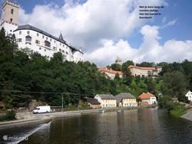 Met je kano langs de mooiste kastelen. Hier het kasteel in Rozmberk
