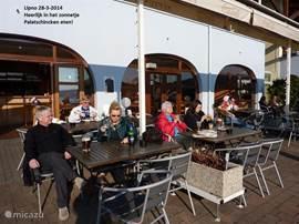 maart 2014, lekker in het zonnetje aan de overheerlijke Palatschinken (pannekoek met ijs)