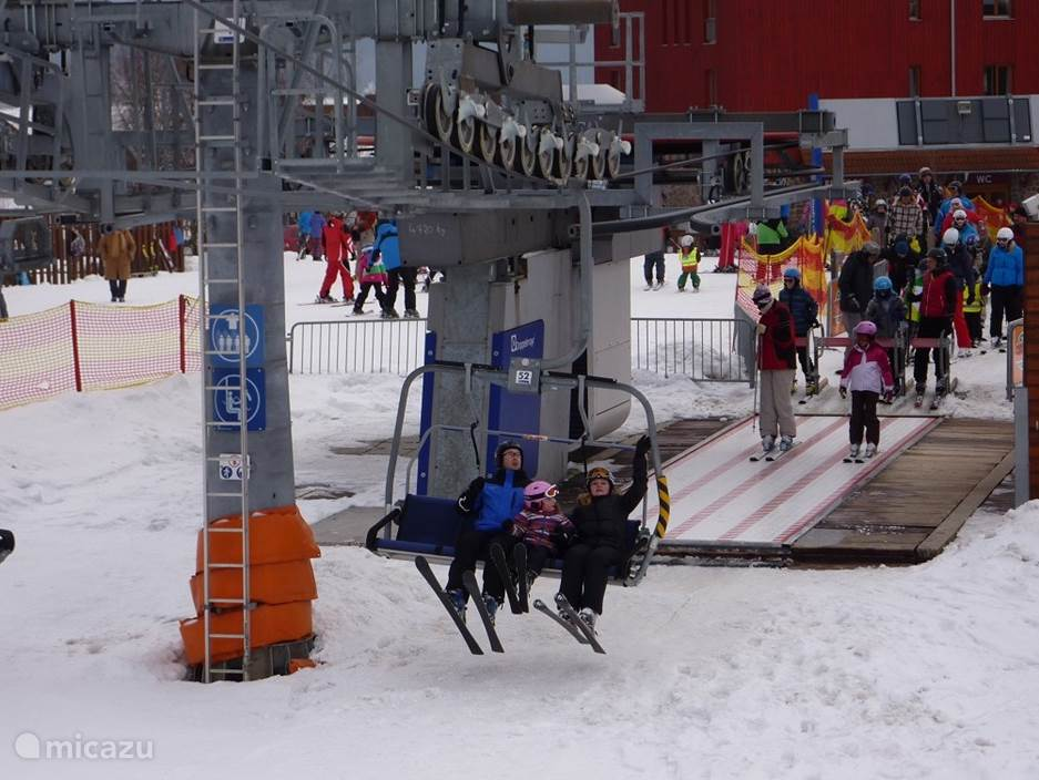 De moderne stoeltjeslift brengt u naar boven bij Kramolin.